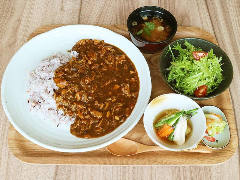 チキン煮込みの雑穀カレー定食 800円(税込)