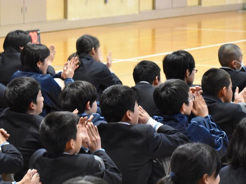応援する生徒たち